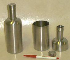 Shaker i børstet metall.